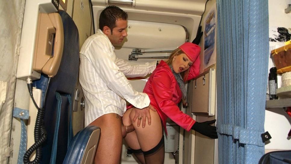 Развратные стюардессы рейса париж-нью йорк порно, парень трахнул девку в лесу около дерева